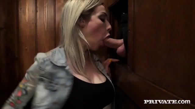 Privlačna blondinka postane lepljiva v spovednici