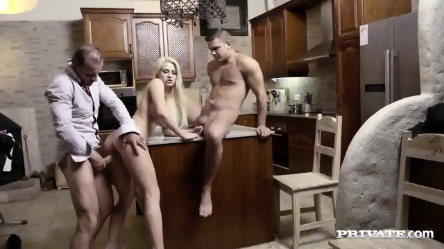 Potrebna žena dobi obisk dveh moških, ki ju zapelje in jo oba pofukata kar v kuhinji