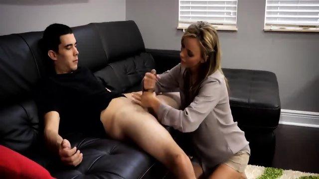 MIlfica zdrka tiča mlajšemu fantu v dnevni sobi